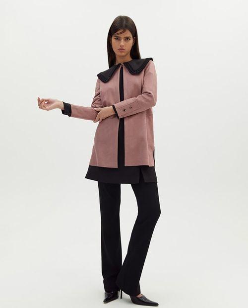 Abrigo chaqueta sobre camisa rosado
