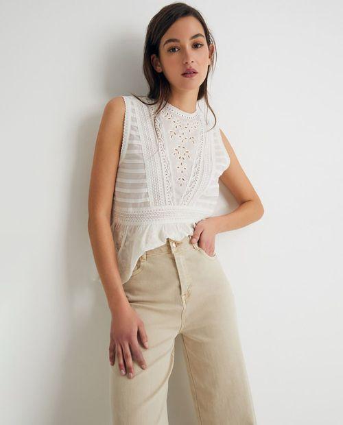 Blusa con detalles troquelados y bordados blanco