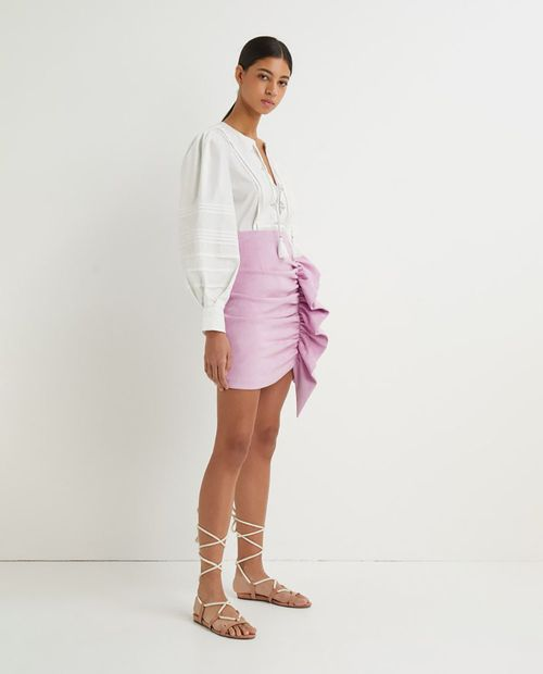 Falda de antelina mini con volante y fruncido rosado